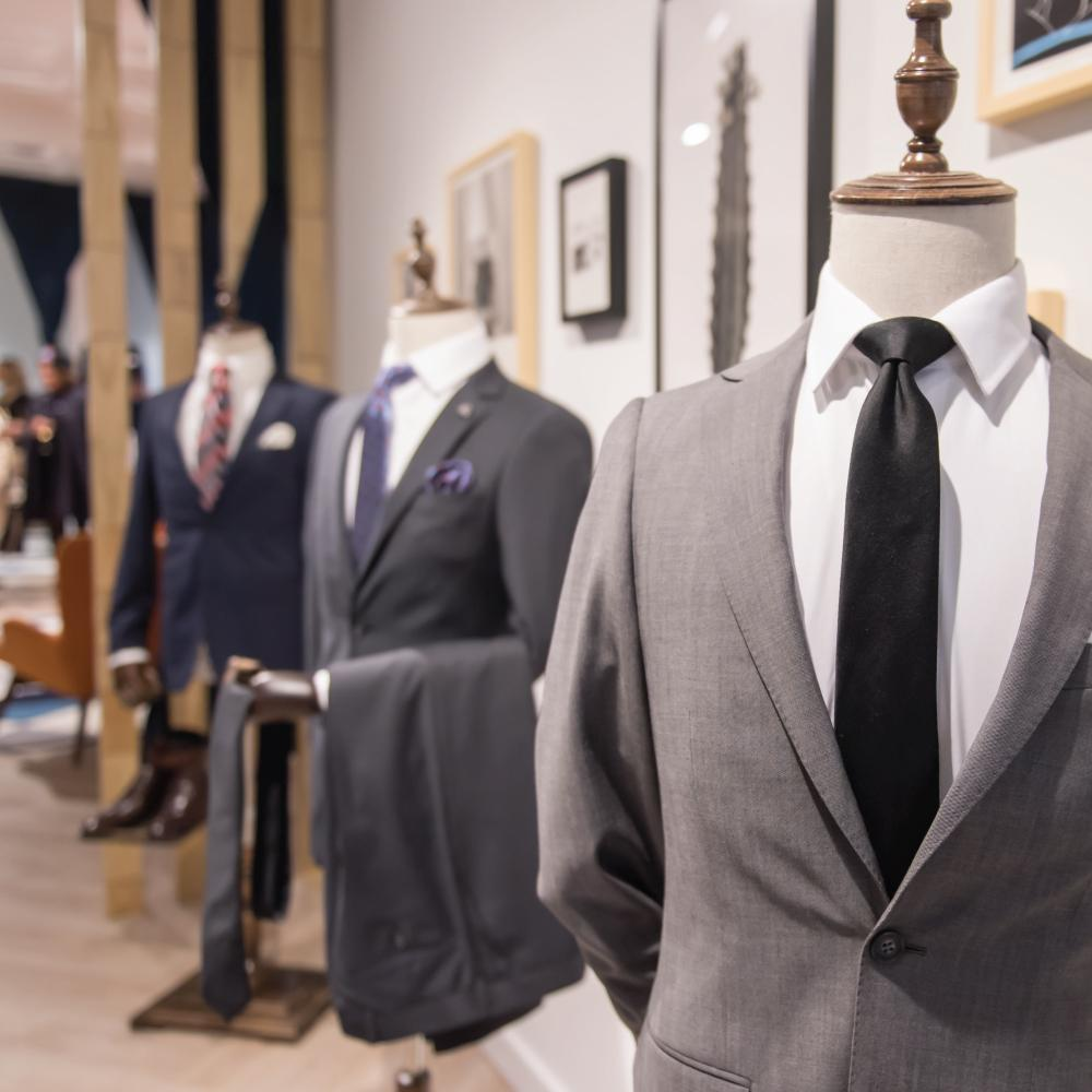 What you should choose between tailored suits and fitted suits?