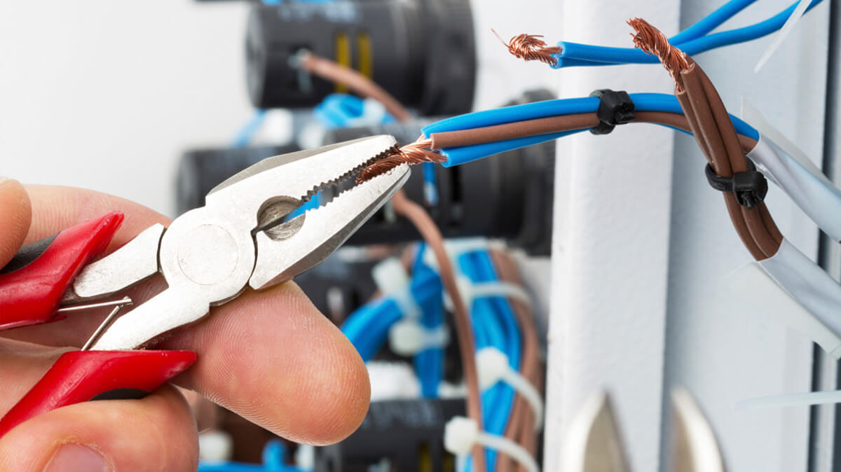 4 Top Reasons To Choose A Local Emergency Electrician